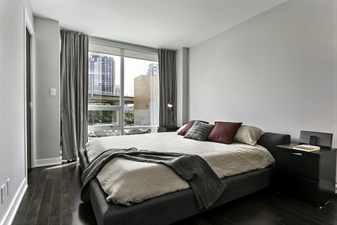 Красивая спальня с большим окном и интерьером в стиле модерн