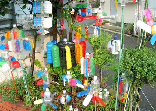 Украсить садовый участок своими руками из пластиковых бутылок