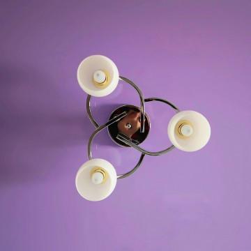 люстра на фиолетовом потолке