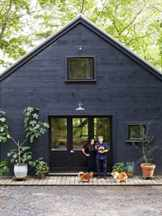 черный деревянный дом