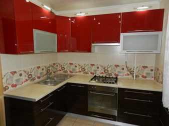 Кухня забрано с красными полками