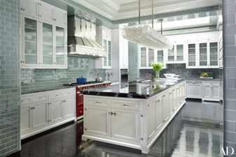 стены на кухне из зеленой плитки