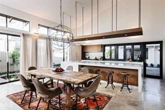 кухня с деревянным столом