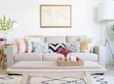 Бежевый диван с цветными подушками