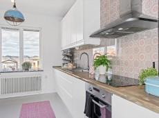 Комната с белым кухонным гарнитуром
