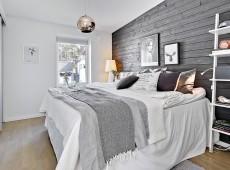 Комната с большой кроватью и картинами на стене
