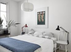 Комната с большой кроватью и картиной над ней