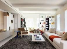 Красивая светлая комната с книжным стелажем