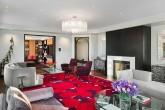 Большая комната с красным ковром