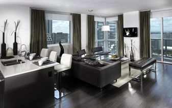 Стулья в столовой и комнате в стиле хай тек