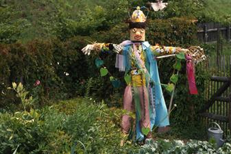 Пугало охраняет огород