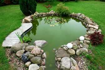 Красивый пруд выложенный камнями