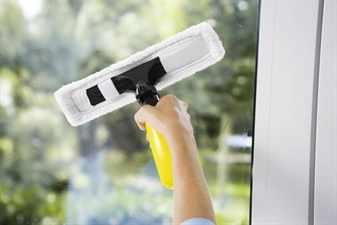 Моют окно щеткой