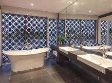 Просторная ванная комната в плитке