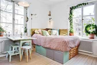 Разноцветная кровать в комнате с цветами