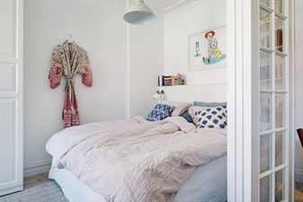 Комната с кроватью и халатом