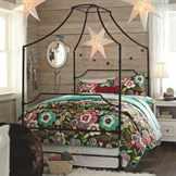 спальня с деревянными стенами