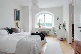 серый плед на кровати