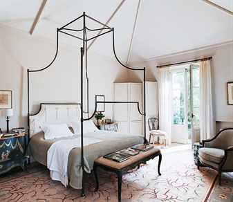 Красивая кровать и прикроватный столик