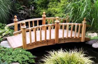 Деревянный мостик через водоем
