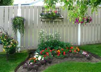 Как украсить забор на даче?